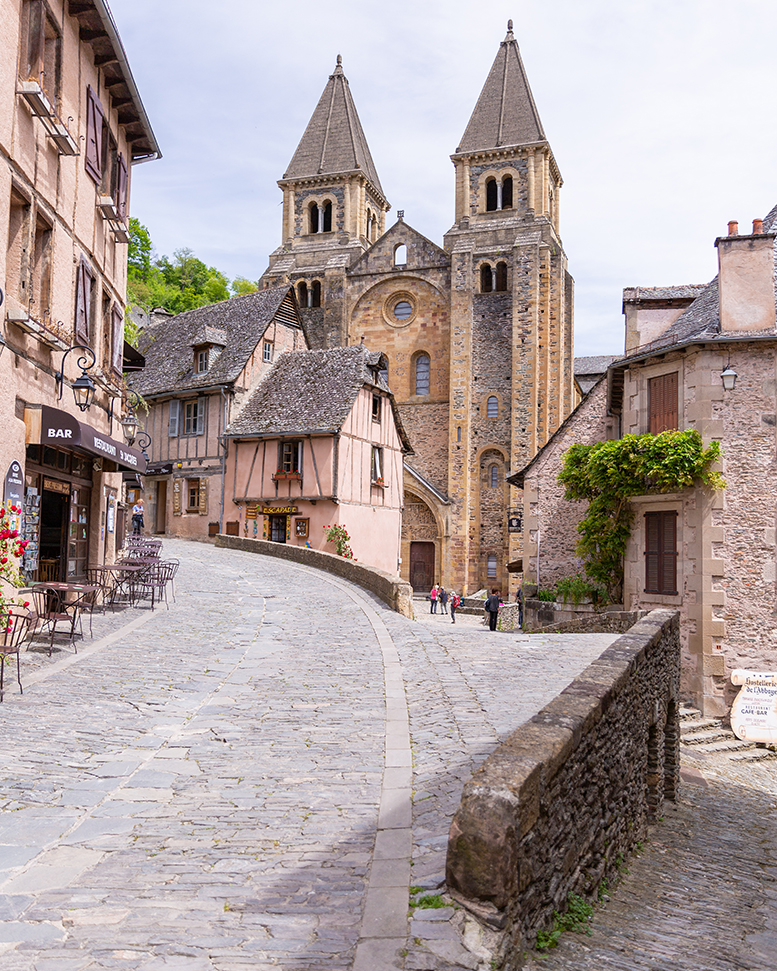 Visite du village de Conques - Rodez à travers Pierre Soulages