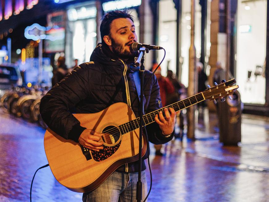 Concert dans la rue Grafton Street à Dublin, à proximité du Parc St Stephen's Green