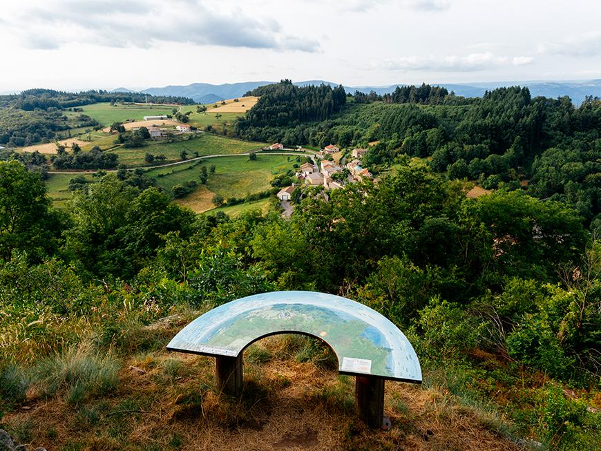 Point de vue sur le village de Chalencon